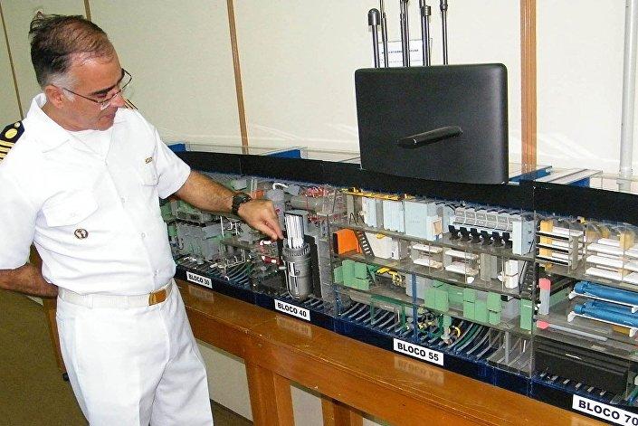 O capitão da Marinha brasileira Ferreira Marques mostrando uma réplica do futuro submarino nuclear Álvaro Alberto