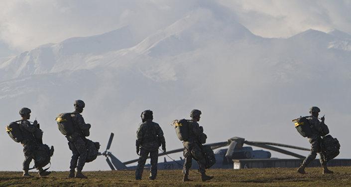 Militares dos EUA durante treinamentos na base militar Camp Bondsteel no Kosovo, foto de arquivo