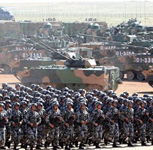 Soldados do Exército Popular de Libertação da China (PLA) na parada militar comemorativa do 90º aniversário do exército chinês, julho de 2017