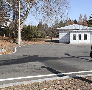 Soldado sul-coreano no posto de guarda perto do lugar, onde atravessou o oficial norte-coreano em 13 de novembro