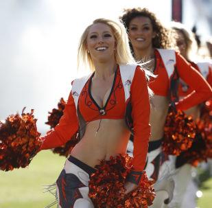 Animadoras de torcida do clube de futebol americano Denver Broncos durante jogo contra o New York Jets