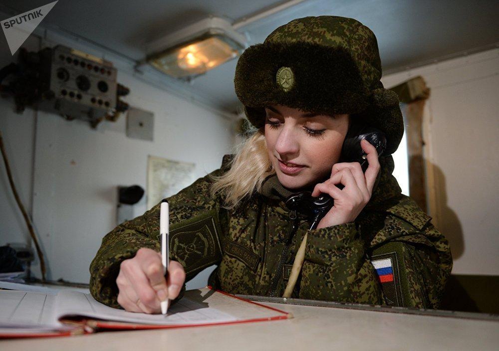 Operadora de rádio da Unidade de Mísseis de Novossibirsk fala ao telefone em um posto de comando