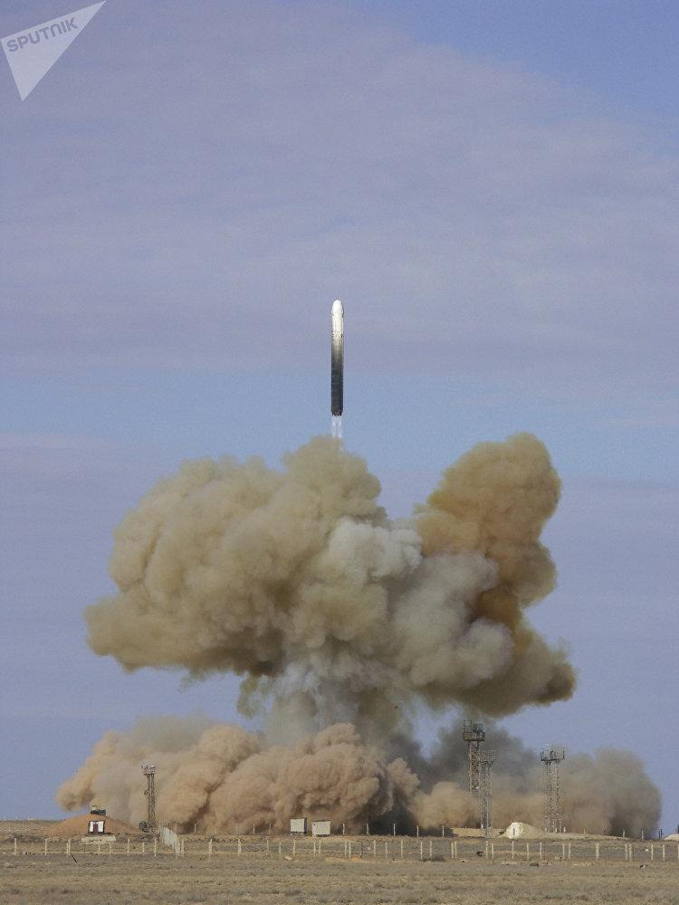 Lançamento de míssil balístico intercontinental RS-18 no centro espacial de Baikonur