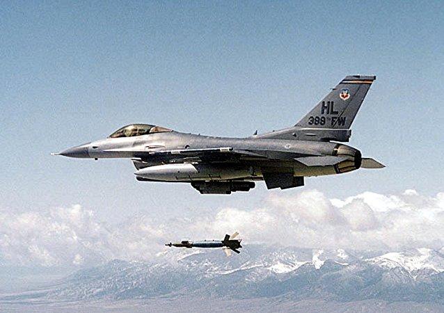Caça norte-americano F-16 lançando uma bomba guiada (foto de arquivo)