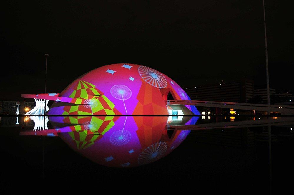 Teve início nesta semana a iluminação especial do período de festas na capital federal.