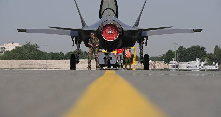 Soldado norte-americano em frente ao caça Lockheed Martin F-35 dos EUA