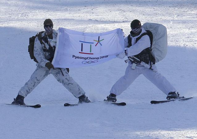 Militares dos EUA e Coreia do Sul seguram bandeira dos Jogos Olímpicos de 2018 durante treinamentos conjuntos em Pyeongchang