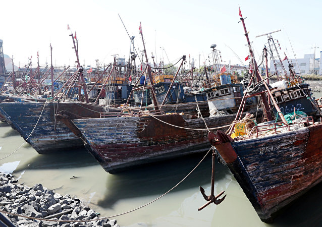 Barcos de pesca chineses capturados pela Guarda Costeira da Coreia do Sul no porto sul-coreano de Incheon, em outubro de 2016