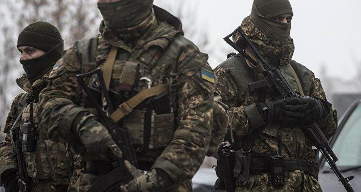 Soldados ucranianos patrulham o centro de assistência humanitária em Avdeevka, Ucrânia