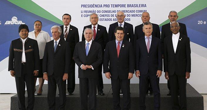 Presidentes do Mercosul e de países convidados posam para a foto oficial em Brasília