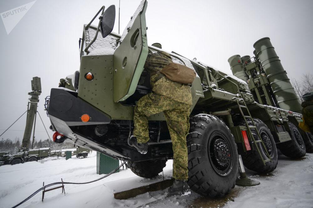 Um militar durante os ensaios da unidade militar № 03216 do Regimento de Mísseis de Zelenogorsk participa dos ensaios envolvendo os sistemas de mísseis S-400 na região de Leningrado