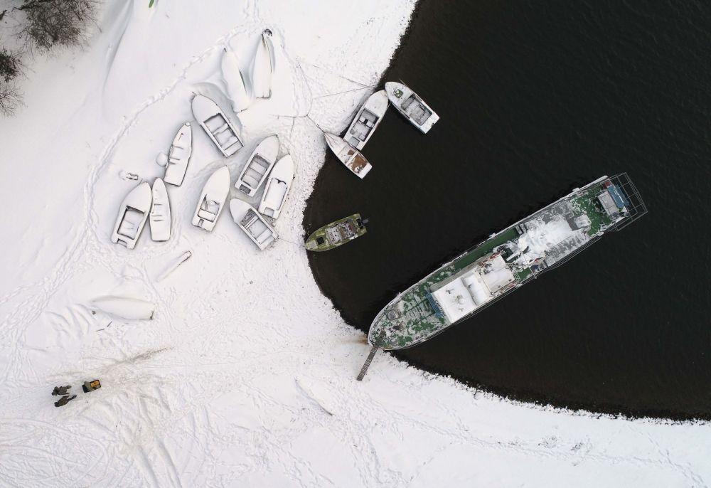 Vista aérea de barcos na margem do rio Ienissei na região de Krasnoyarsk, Rússia, em 18 de dezembro de 2017