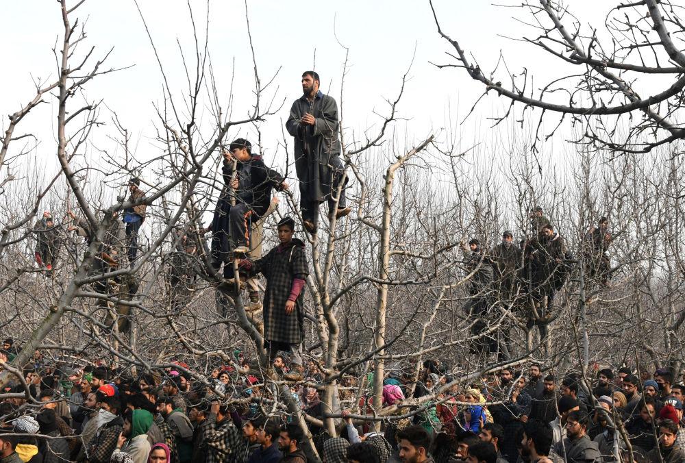 Residentes de uma aldeia na Caxemira (região dividida entre a Índia, o Paquistão e a China) assistem ao funeral do militante Tanveer Ahmed, em 19 de dezembro de 2017