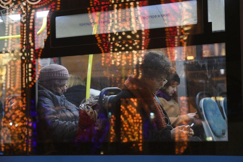 Passageiros no ônibus que passa pela praça Teatralnaya, em Moscou
