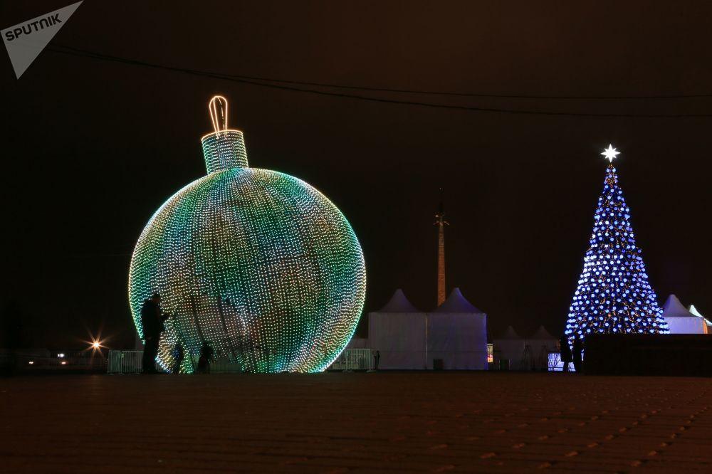 Enorme bola natalina com altura de 17 metros e diâmetro de 14 metros na Colina Poklonnaya, em Moscou
