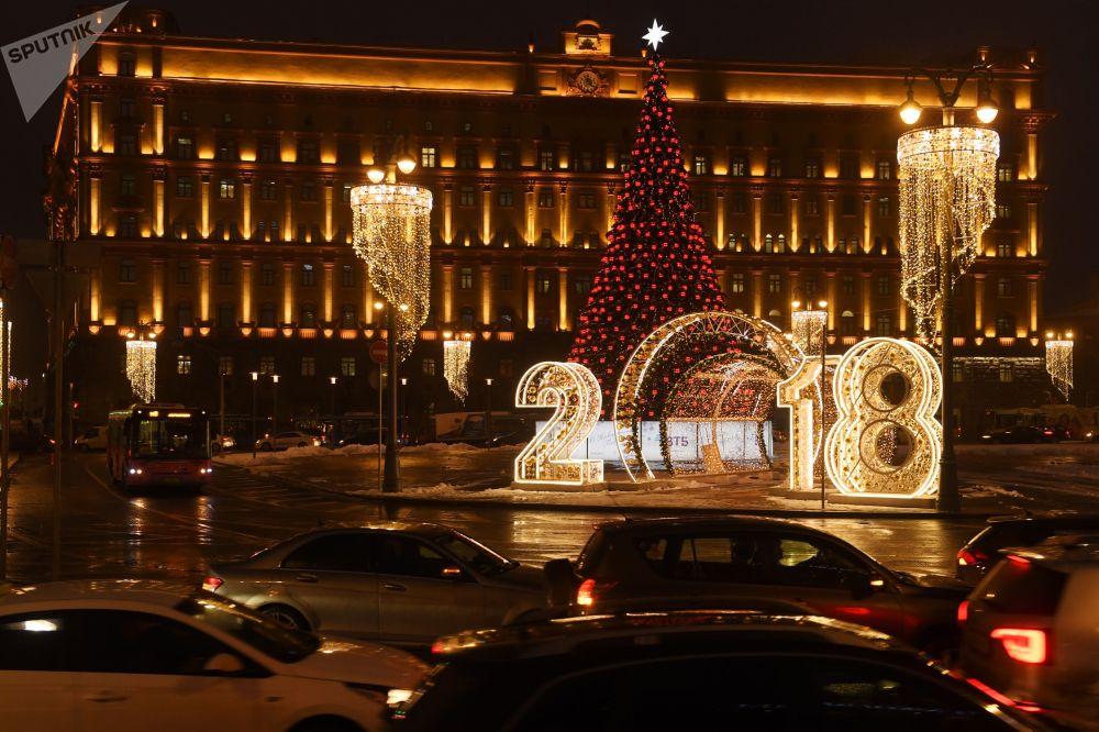 A maior árvore de Natal em Moscou, instalada na praça Lubyanka