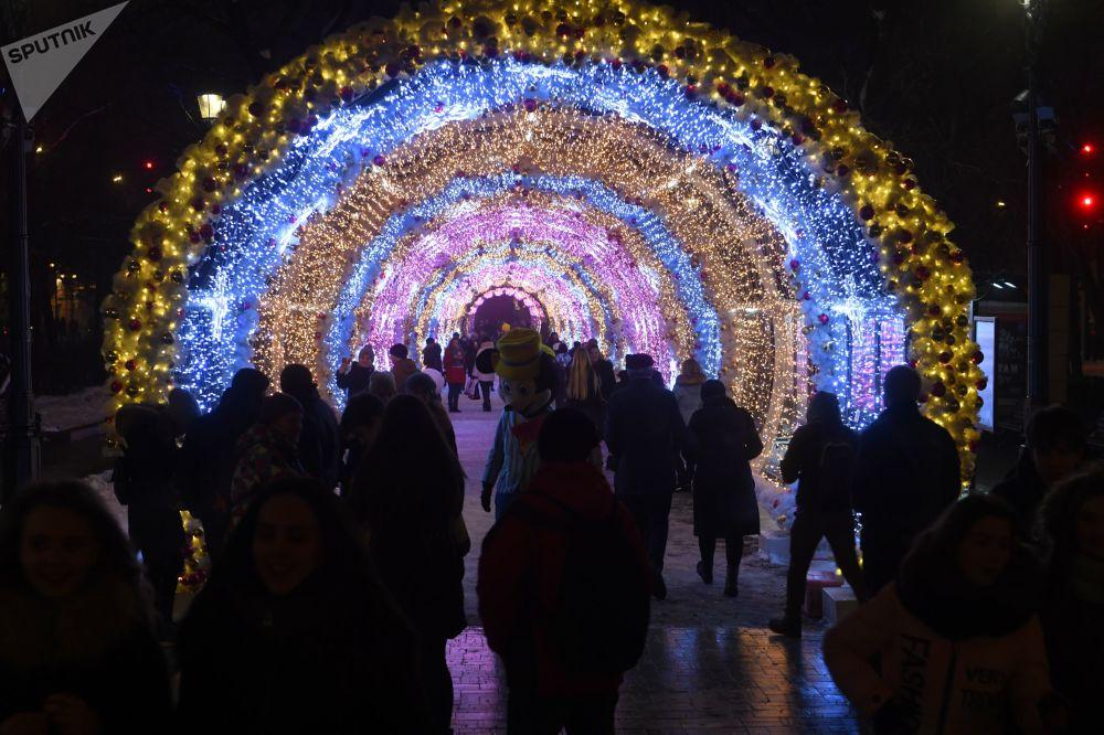 Túnel iluminado de 150 metros na avenida Tverskaya, em Moscou