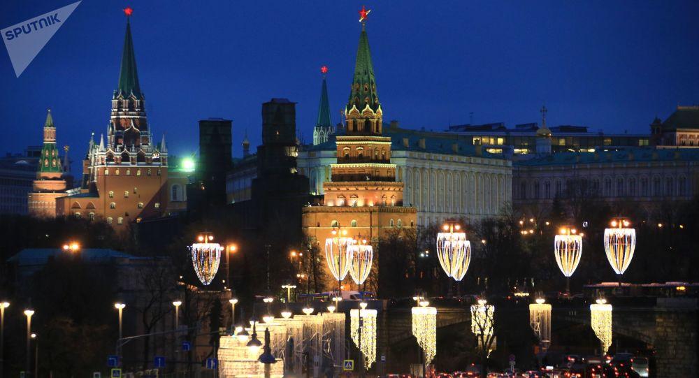 Iluminação natalina na ponte Bolshoi Kamenny, perto do Kremlin, no coração de Moscou