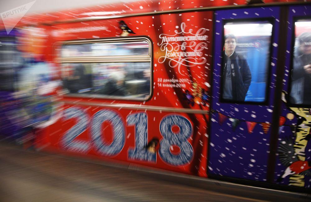 Trem temático Viagem ao Natal recentemente lançado em uma das linhas de metro moscovita