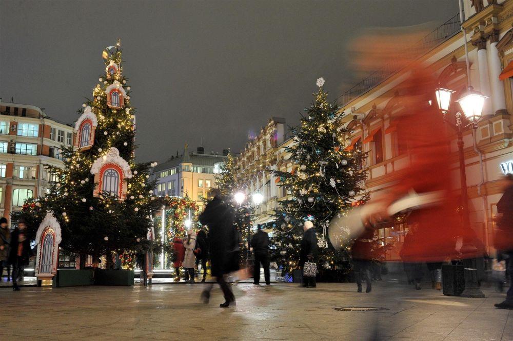 Exposição de árvores de Natal com design individual no âmbito do festival musical Viagem ao Natal