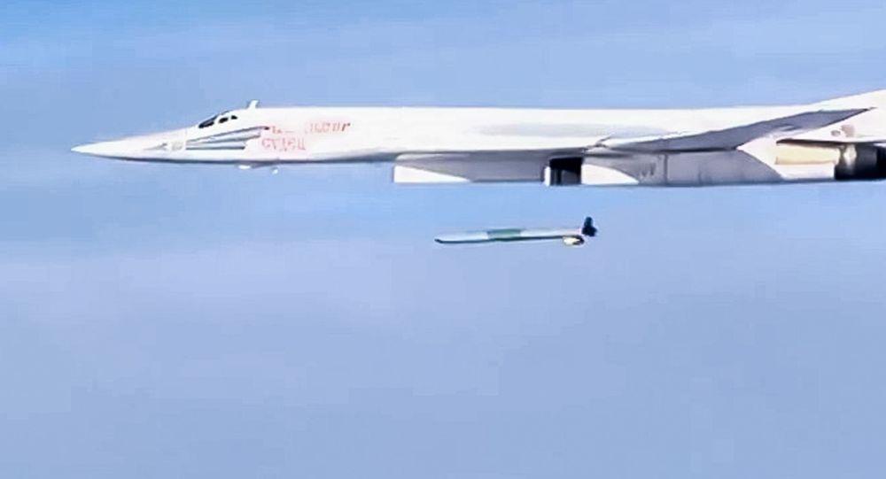 Lançamento de um míssil de cruzeiro Kh-555 desde o bombardeiro estratégico T-160 da Força Aeroespacial da Rússia contra as posicões dos terroristas na Síria (foto de arquivo)