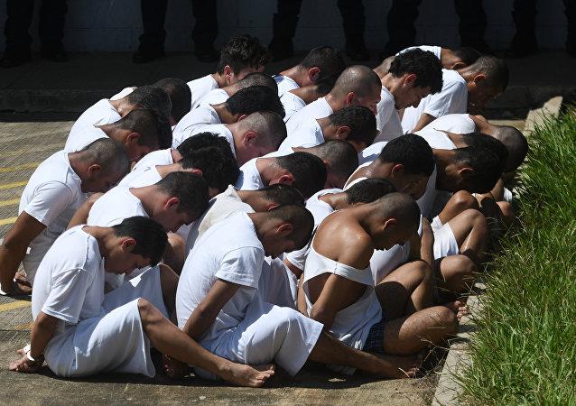 Membros da quadrilha criminosa MS-13 encarcerados nos arredores de San Salvador