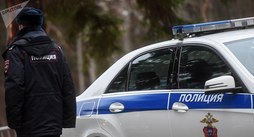 Um policial junto ao carro, em Moscou (foto de arquivo)