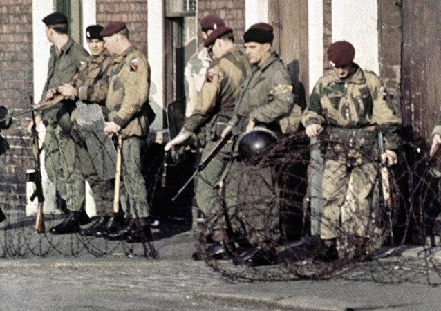 Tropas britânicas patrulhando em Belfast, Irlanda do Norte, após o conflito na cidade em 1969