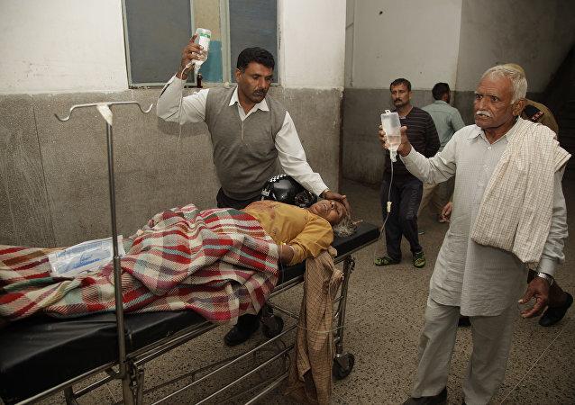 Um aldeão indiano, supostamente ferido por explosivos do Paquistão, recebe tratamento em um hospital em Jammu, Índia, 1 de novembro de 2016