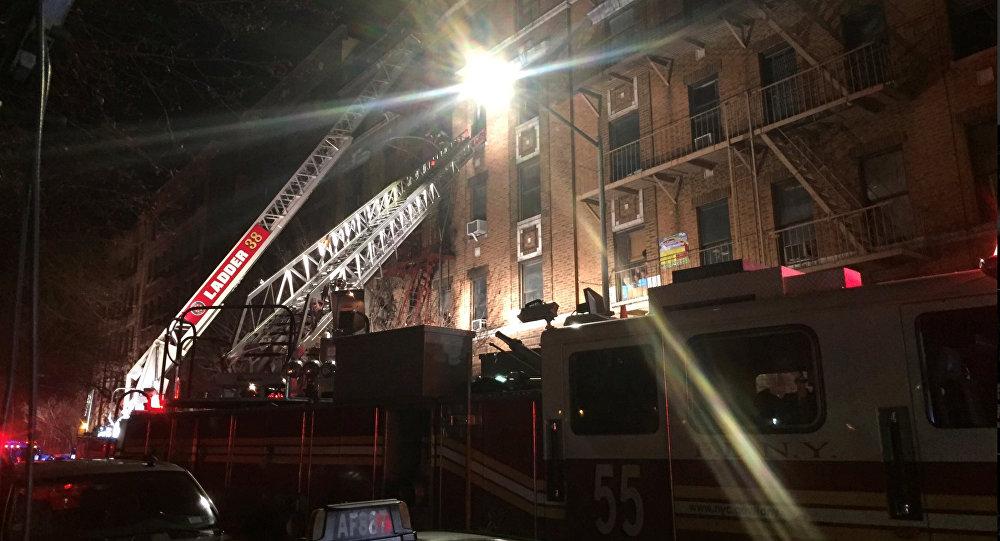 Bombeiros tentam resgatar vítimas de prédio atingido por incêndio em Nova York