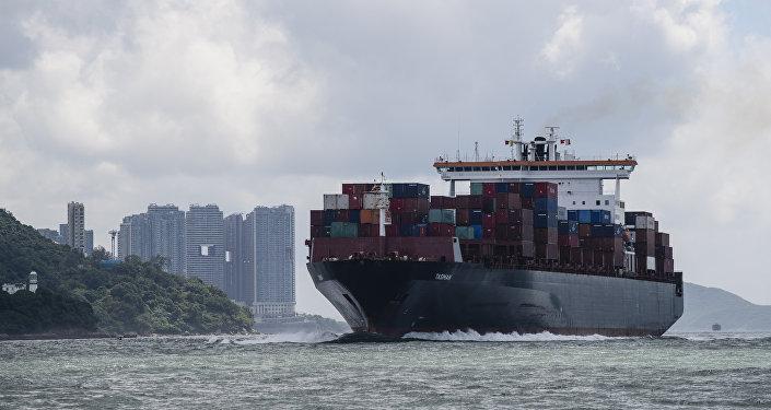 Cargueiro navega em direção ao porto de Victoria, em Hong Kong (foto de arquivo)