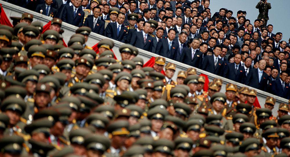 Soldados, oficiais e altos funcionários norte-coreanos em desfile militar, Pyongyang