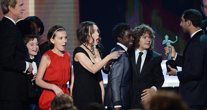 A atriz norte-americana Winona Ryder recebendo o prêmio Screen Actors Guild Awards pelo seriado Stranger Things. Los Angeles, 29 de janeiro de 2017