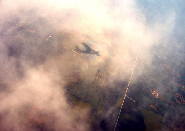 Sombra de um avião entre as nuvens (imagem referencial)