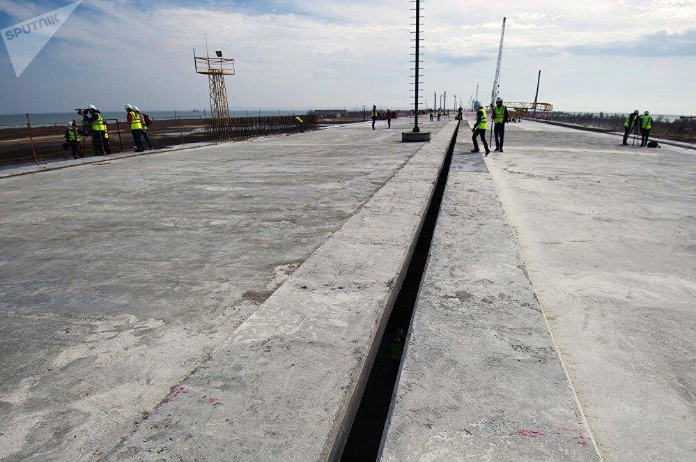 Construção da rodovia através do Estreito de Kerch, no mar de Azov. Pavimentação é realizada na Ponte da Crimeia, na ilha de Tuzla