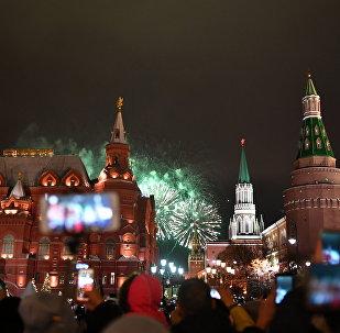 Os festejos do Ano Novo perto da Praça Vermelha, em Moscou, na madrugada do dia 1º de janeiro de 2018
