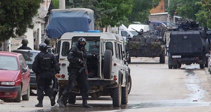 Veículo da polícia macedônia durante operação antiterrorista em Kumanovo, em 9 de maio de 2015.