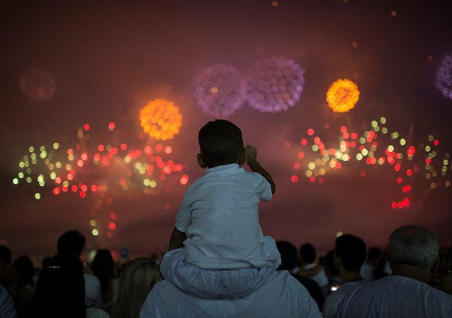 Pessoas assistem a queima de fogos em Copacana, Rio de Janeiro. 1 de janeiro de 2018
