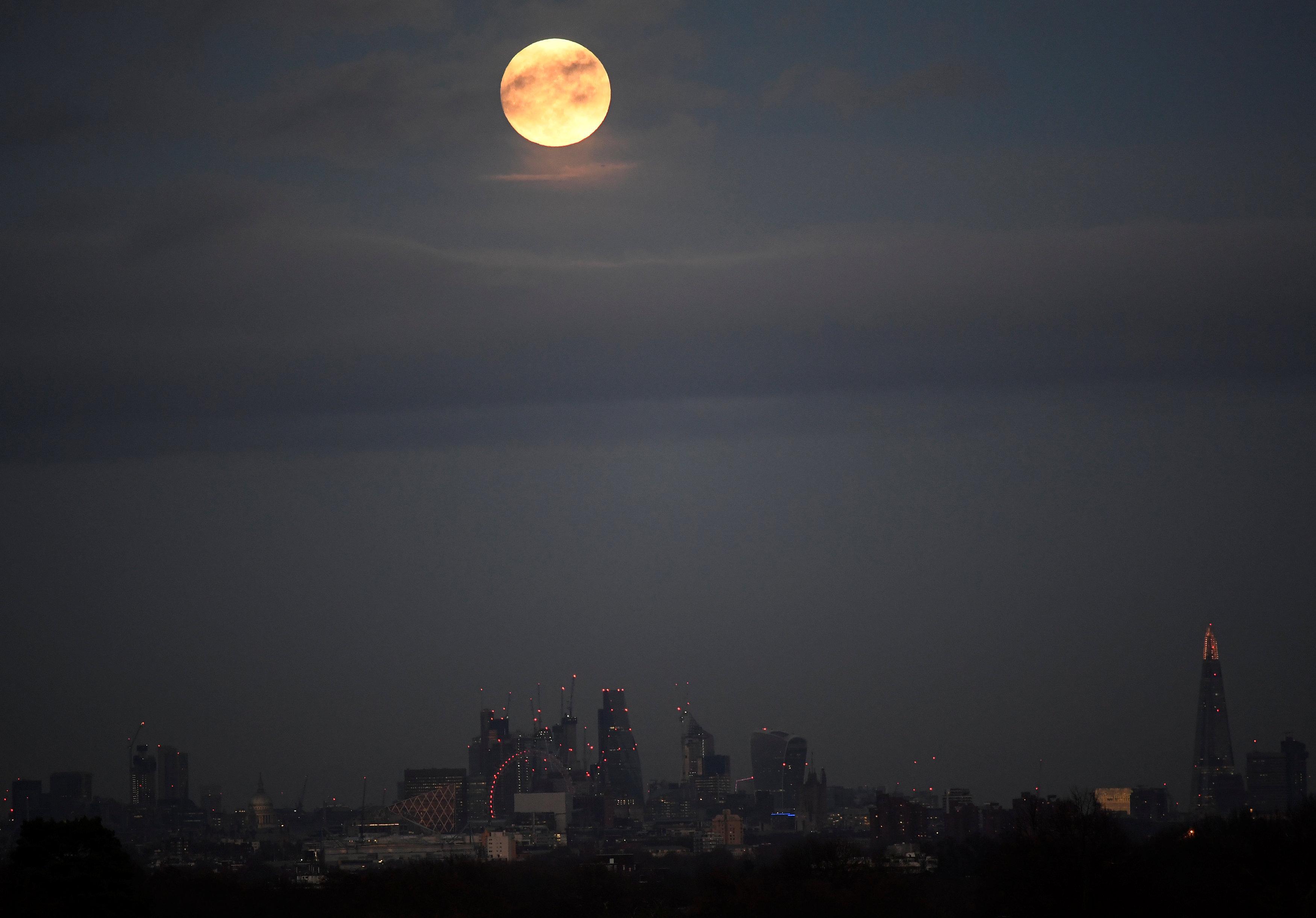 Superlua brilha nos céus de Londres. 1º de janeiro de 2018