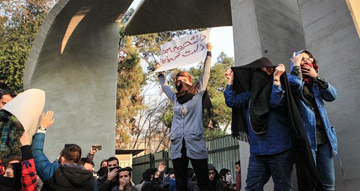 Estudantes iranianos se manifestam contra problemas econômicos nacionais perto da Universidade de Teerã