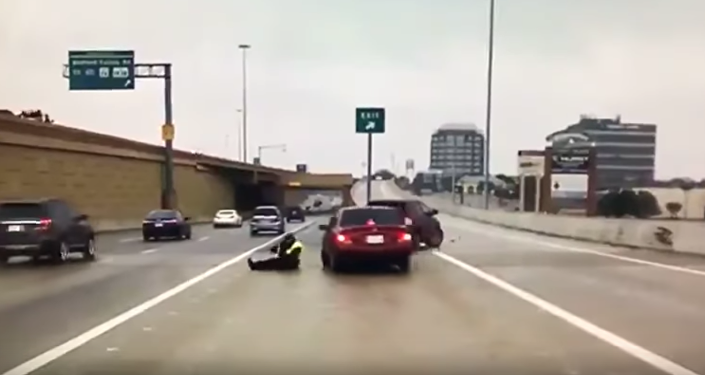 Policial do Texas escapa por pouco de ser atropelado em estrada gelada