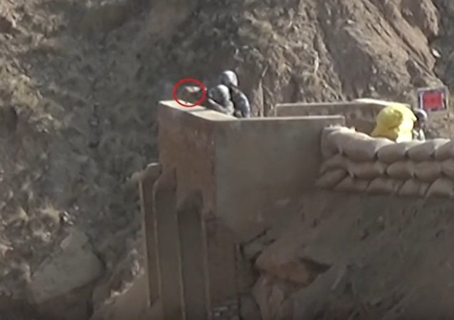 Recruta do exército chinês lança granada contra si mesmo durante manobras