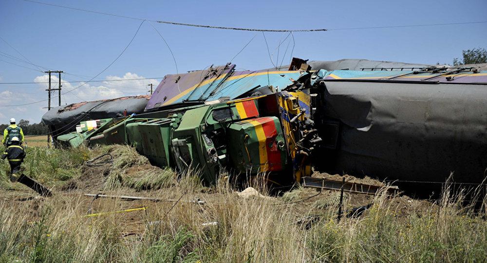 Vagões destruídos do trem que colidiu com um caminhão perto do povoado de Kroonstad na África do Sul, 4 de janeiro de 2018