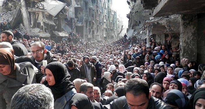 Fila para receber alimentos da Agência das Nações Unidas de Assistência aos Refugiados da Palestina , em Damasco, na Síria