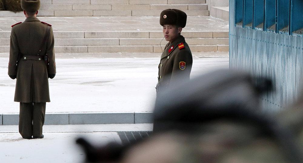 Soldados norte-coreanos no posto de guarda durante negociações entre os representantes das duas Coreias, em Panmunjom