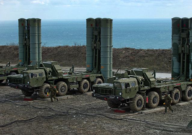 Sistemas de defesa antimíssil S-400 russos (foto de arquivo)