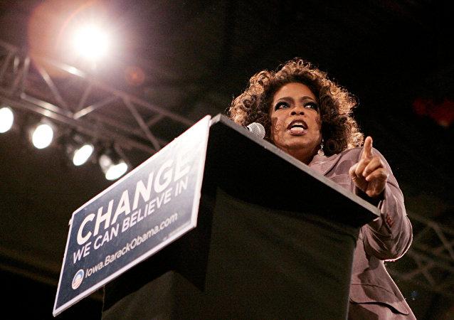 FOTO DE ARQUIVO: A apresentadora Oprah Winfrey durante um comício democrata quando Barack Obama ainda era senador.
