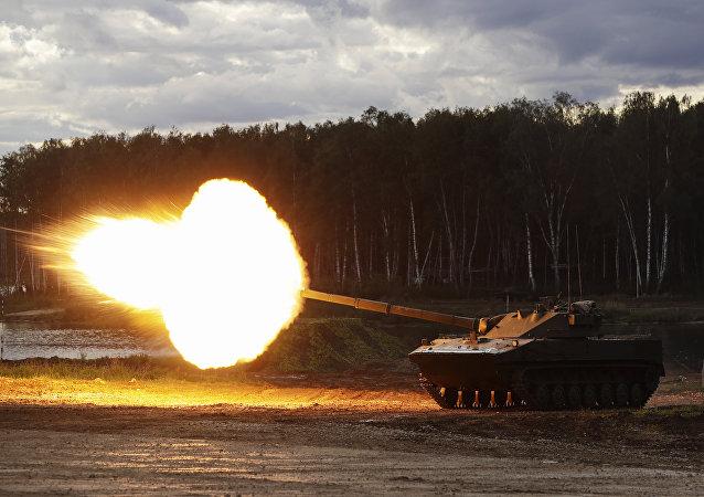 Tanque russo 2S25 Sprut-SD sendo exposto no Fórum EXÉRCITO 2016 (foto de arquivo)