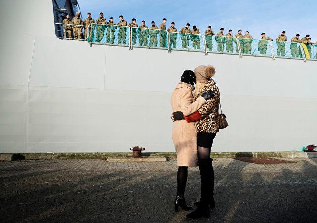 Familiares se despedindo de soldados dinamarqueses que partem à Estônia, na base naval Korsoer, 9 de janeiro de 2018
