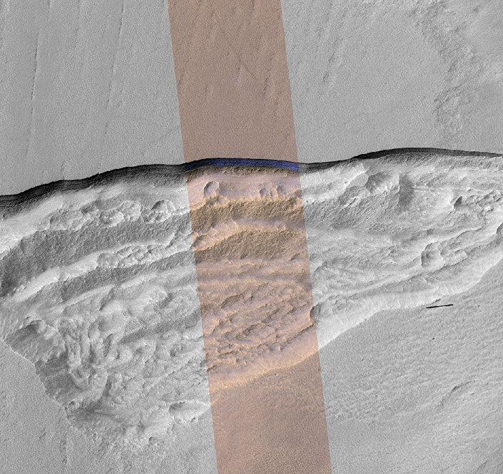 Escarpa no extremo norte de Marte mostrando uma seção transversal de uma camada grossa de gelo subterrâneo.